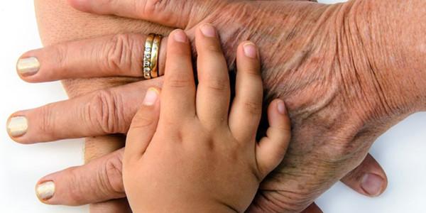 Manos de abuela y nieto