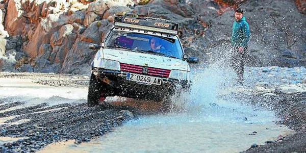 En la fotografía Iker Gastaminza conduce su coche