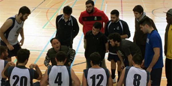 Los jugadores y el entrenador en un descanso