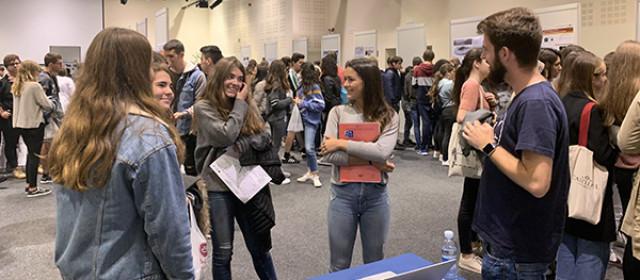 Un grupo de alumnas charla con un científico